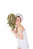 Jeune femme nue en serviette avec le balai de chêne Photos libres de droits