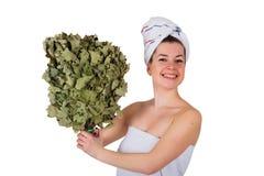 Jeune femme nue en serviette avec le chêne Photo stock