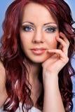Jeune femme observée bleue avec le cheveu rouge Photos stock