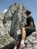 Jeune femme observant le grimpeur Photos libres de droits