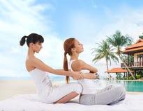 Jeune femme obtenant le massage s'étendant thaïlandais traditionnel par thera photo libre de droits