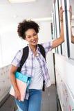 Jeune femme occasionnelle avec le dossier dans le bureau Photos libres de droits
