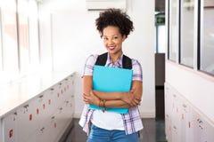 Jeune femme occasionnelle avec le dossier dans le bureau Images libres de droits