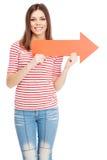 Jeune femme occasionnelle avec une flèche photographie stock libre de droits