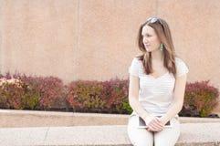 Jeune femme occasionnelle d'affaires à l'aide du comprimé sur une coupure Image libre de droits