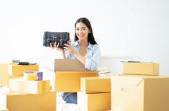 Jeune femme occasionnelle d'affaires travaillant le holdin en ligne de petite entreprise images stock