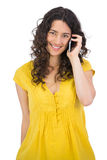 Jeune femme occasionnelle de sourire au téléphone Images stock