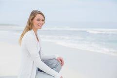 Jeune femme occasionnelle de sourire détendant à la plage photographie stock