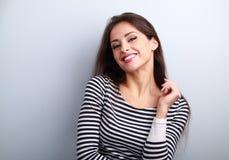 Jeune femme occasionnelle heureuse avec le regard de sourire toothy sauvage photographie stock