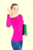 Jeune femme occasionnelle montrant le signe parfait Photo stock