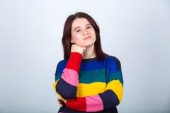 Jeune femme occasionnelle pensive images stock