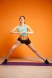 Jeune femme occupée dans la forme physique Photos stock
