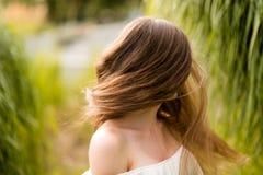 Jeune femme ondulant ses cheveux Image stock