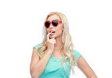 Jeune femme ou adolescent blonde heureuse dans des lunettes de soleil Image stock