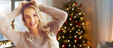 Jeune femme ou adolescente heureuse à la maison image libre de droits