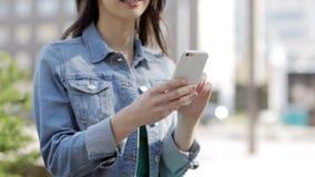 Jeune femme ou adolescente heureuse avec le smartphone banque de vidéos