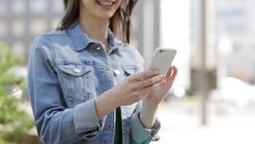 Jeune femme ou adolescente heureuse avec le smartphone clips vidéos