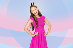 Jeune femme ou fille heureuse d'ado dans la robe rose Image stock