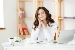 Jeune femme ou secrétaire heureuse d'affaires tenant le document dans le bureau moderne image libre de droits