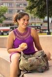 Jeune femme péruvien avec Empanada Photo stock