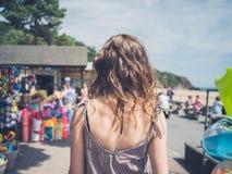 Jeune femme par la boutique sur la plage photographie stock