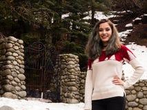 Jeune femme par une porte en hiver Image libre de droits