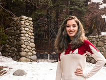 Jeune femme par une porte en hiver Photos stock