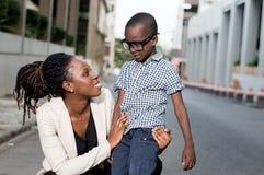 Jeune femme parlant à son enfant Photos stock
