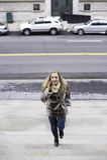 Jeune femme parlant au téléphone Image stock