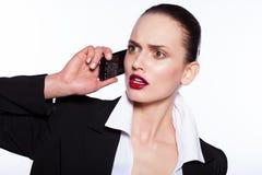 Jeune femme parlant au téléphone Photos stock