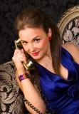Jeune femme parlant au téléphone Image libre de droits