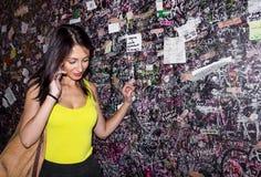 Jeune femme parlant au téléphone Photographie stock libre de droits