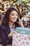 Jeune femme parlant au téléphone avec des amis Image libre de droits
