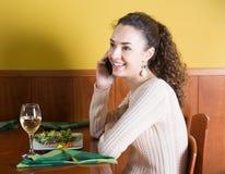 Jeune femme parlant au téléphone dans le restaurant Images libres de droits