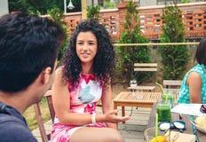 Jeune femme parlant avec l'ami dans un jour d'été Images stock