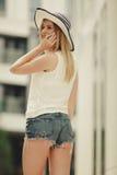 Jeune femme parlant sur le smartphone dehors Photo stock
