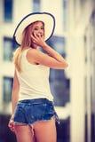 Jeune femme parlant sur le smartphone dehors Photographie stock