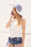 Jeune femme parlant sur le smartphone dehors Photos stock