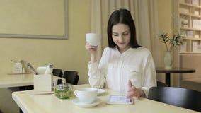 Jeune femme parlant sur le téléphone portable en café banque de vidéos