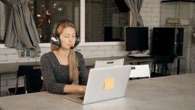 Jeune femme participant à webinar sur la programmation banque de vidéos