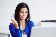 Jeune femme payant avec une carte de crédit image libre de droits