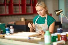 Jeune femme peignant le projet de DIY photographie stock