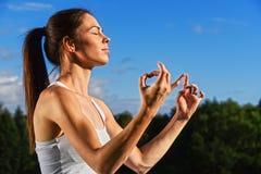Jeune femme pendant la méditation de yoga en parc photos libres de droits