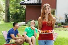 Jeune femme pendant la réception en plein air Photographie stock