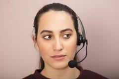 Jeune femme pendant le travail comme support à la clientèle Photo libre de droits