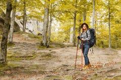 Jeune femme pensant à son voyage photo libre de droits