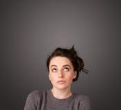 Jeune femme pensant avec l'espace de copie photos stock