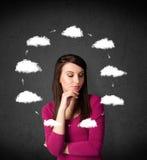 Jeune femme pensant avec la circulation de nuage autour de sa tête Photographie stock libre de droits