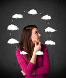 Jeune femme pensant avec la circulation de nuage autour de sa tête Photo stock