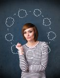 Jeune femme pensant avec la circulation de nuage autour de sa tête Photo libre de droits
